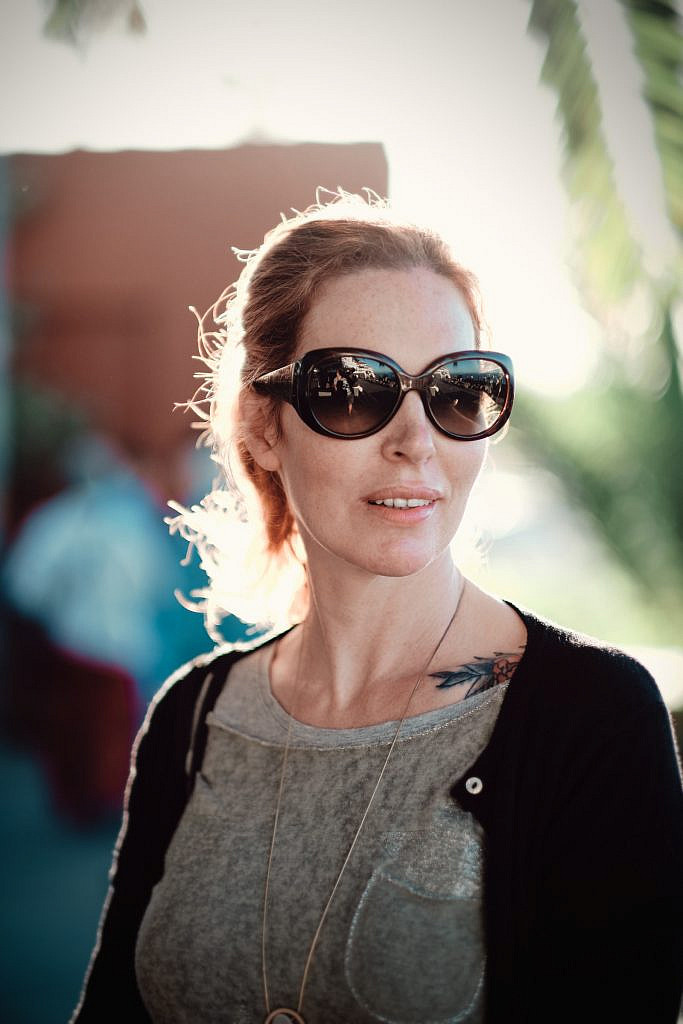 Teneriffa- Hochzeitsreise, Frau mit Sonnenbrille