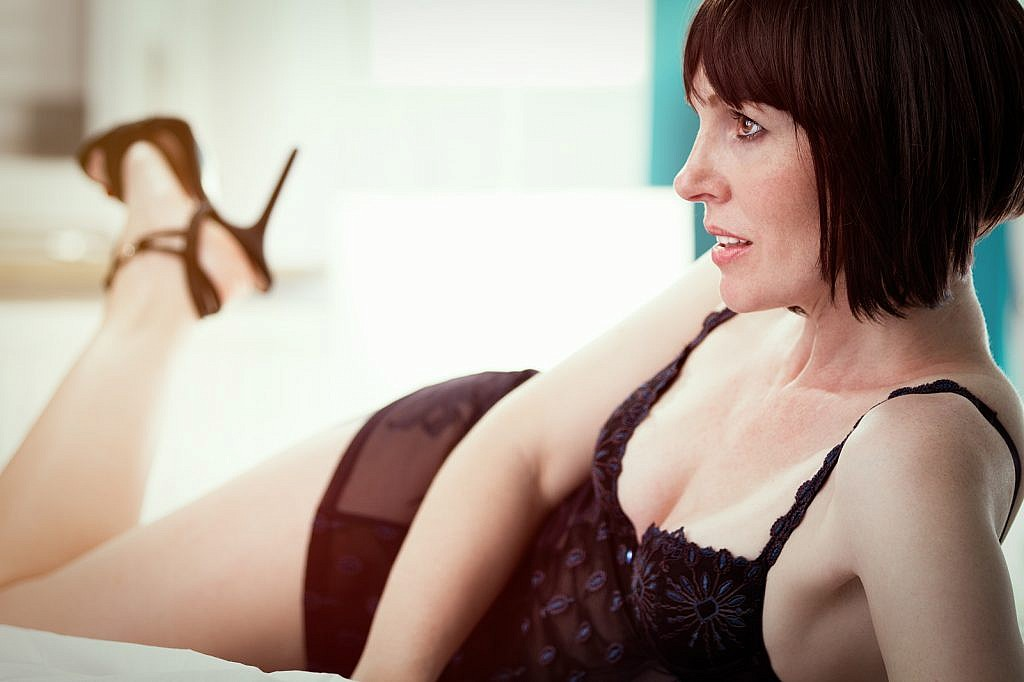 Alles Porno - Frau mit Perücke und Dessous