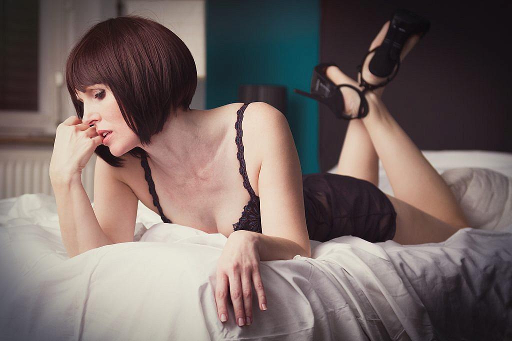 Alles Porno - Frau mit Perücke und Dessous auf Bett