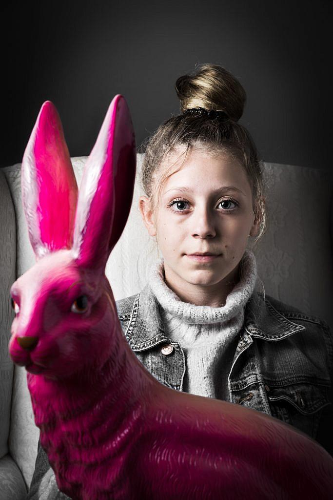Mädchen mit pinkem Hasen