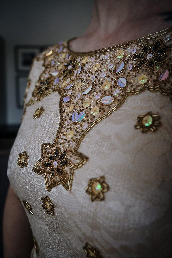 Kleiderschrank ausmisten Goldenes Kleid Dekolleté