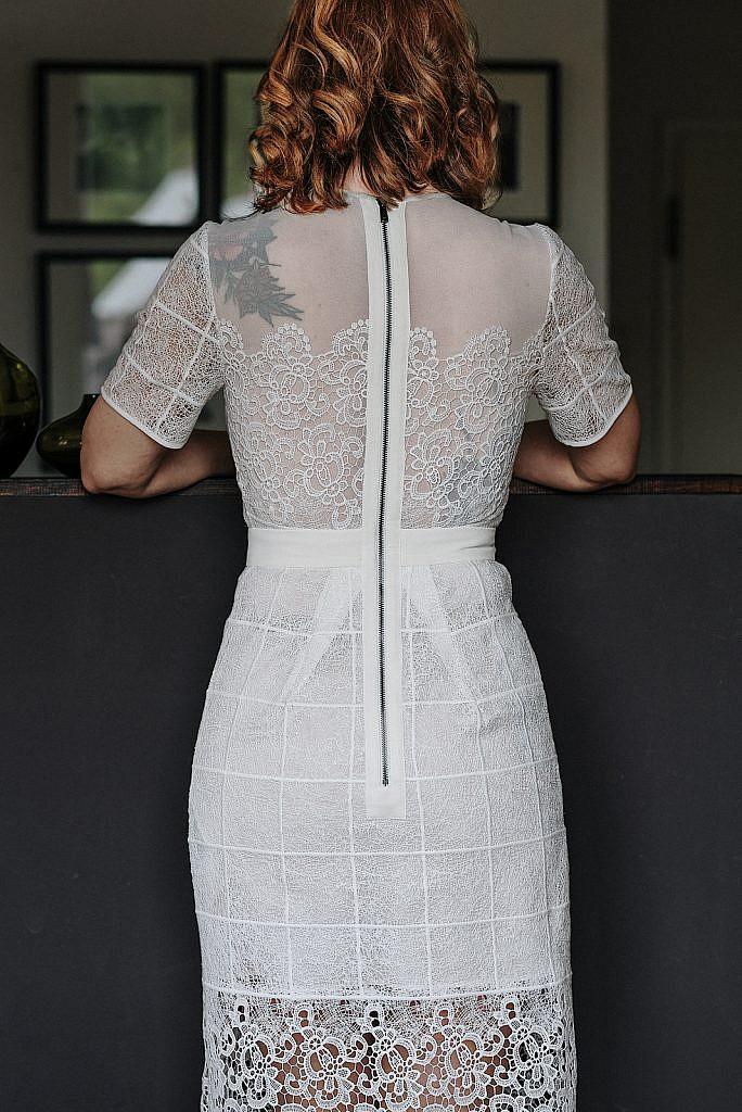 Kleidung ausmisten - Manina weißes Kleid Rücken
