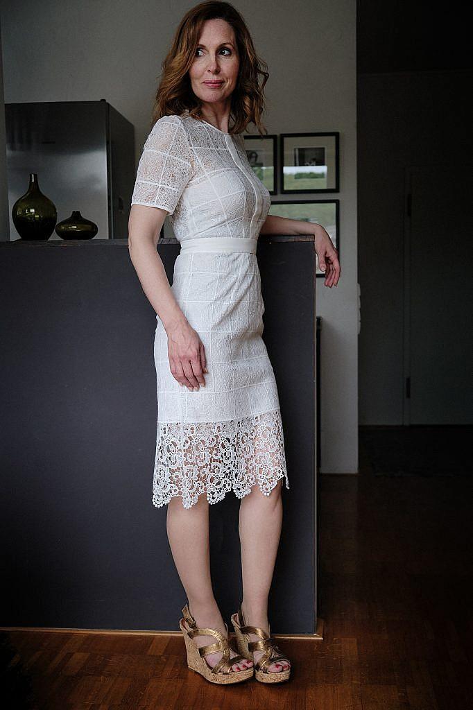Kleiderschrank sortieren Manina weißes Kleid Seite